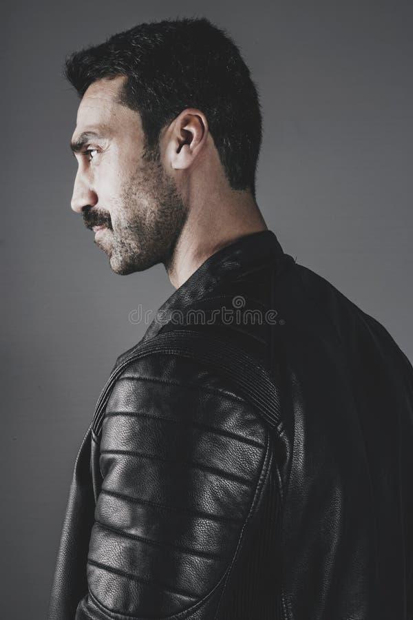 Młody przystojny mężczyzna z brody i wąsy studia portretem fotografia stock