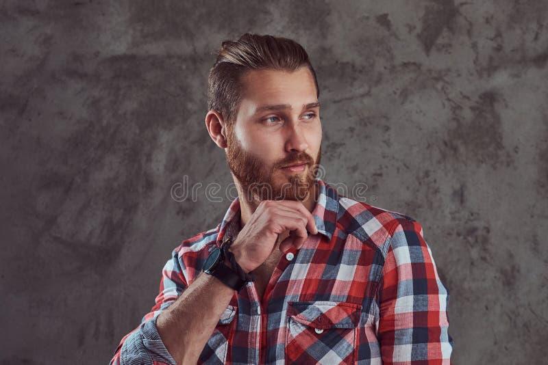 Młody przystojny rudzielec modela mężczyzna w flanelowej koszula na szarym tle obrazy stock