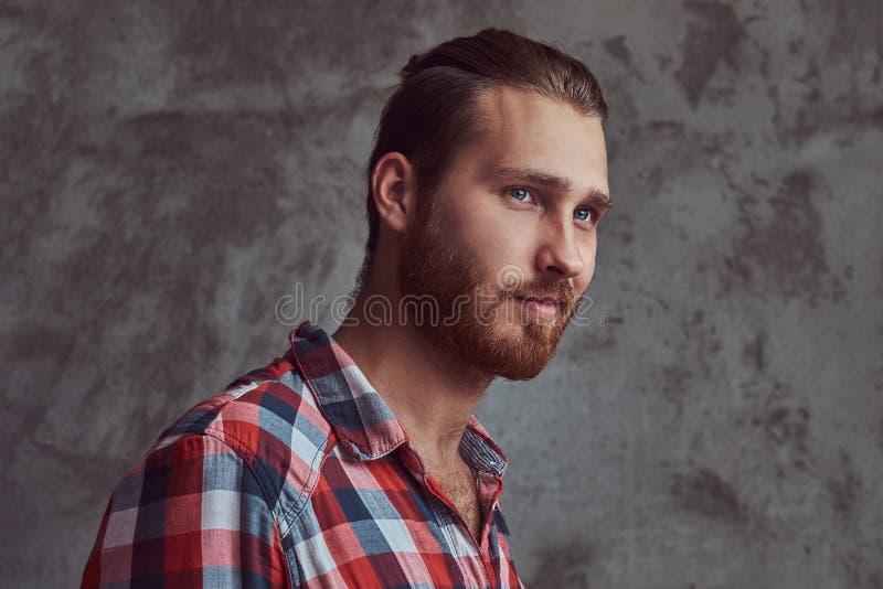 Młody przystojny rudzielec modela mężczyzna w flanelowej koszula na szarym tle zdjęcie stock