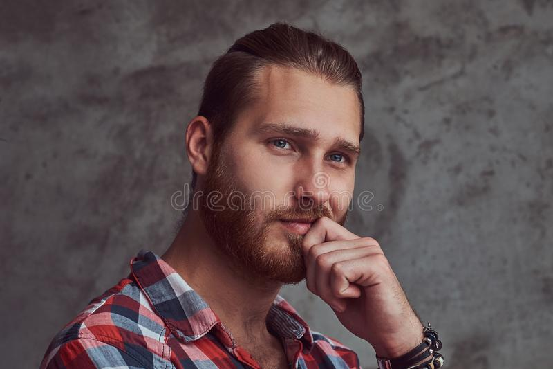 Młody przystojny rudzielec modela mężczyzna w flanelowej koszula na szarym tle fotografia royalty free