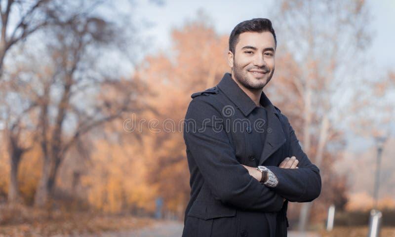 Download Młody Przystojny Uśmiechu Mężczyzna Obraz Stock - Obraz złożonej z żakiet, zimno: 65225279