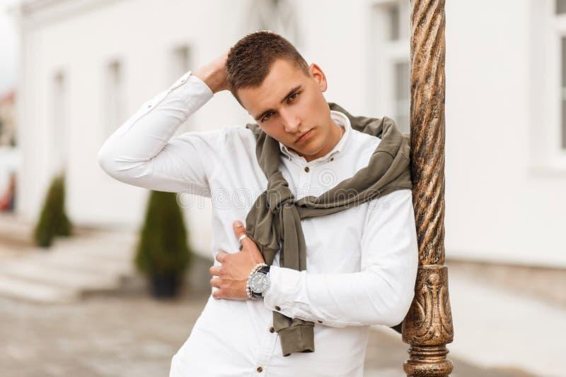 Młody przystojny wzorcowy mężczyzna z ostrzyżeniem w białej koszula obrazy royalty free
