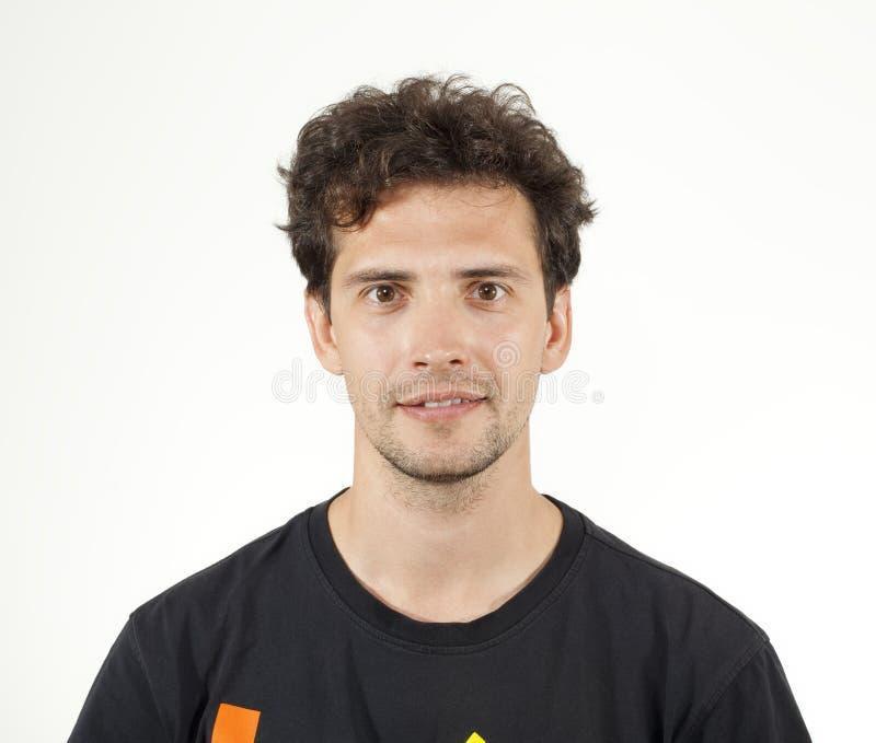 Młody radosny mężczyzna pozuje kamera w czarnej koszulce zdjęcia stock
