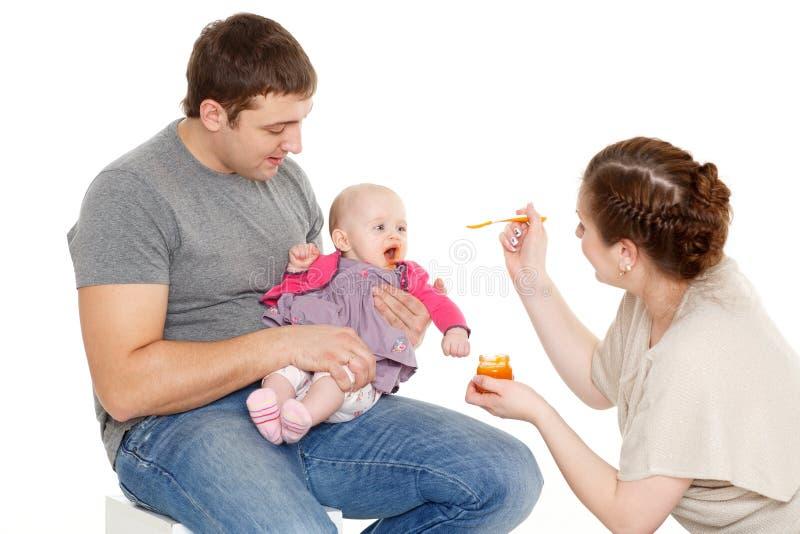 Młody rodzic karmy dziecko obraz royalty free