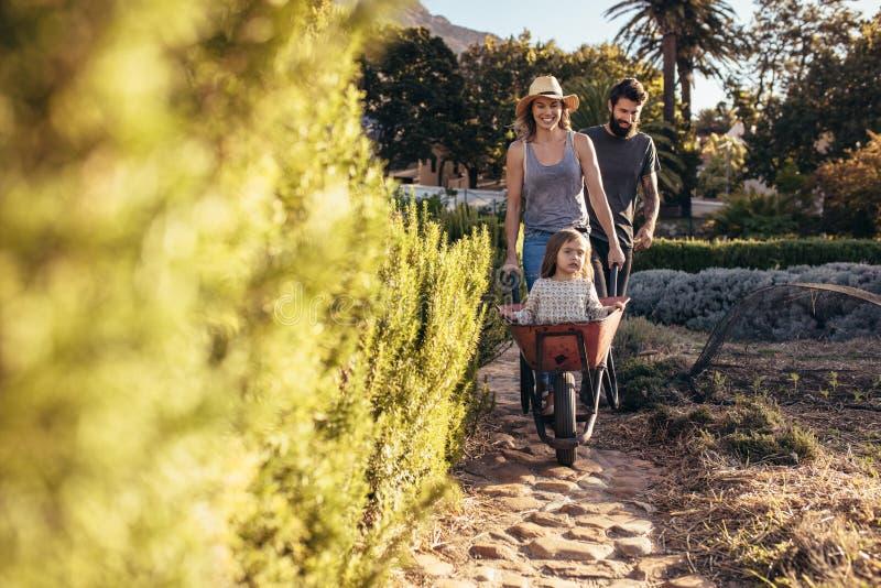 Młody rodzinny cieszyć się w ich gospodarstwie rolnym obraz stock