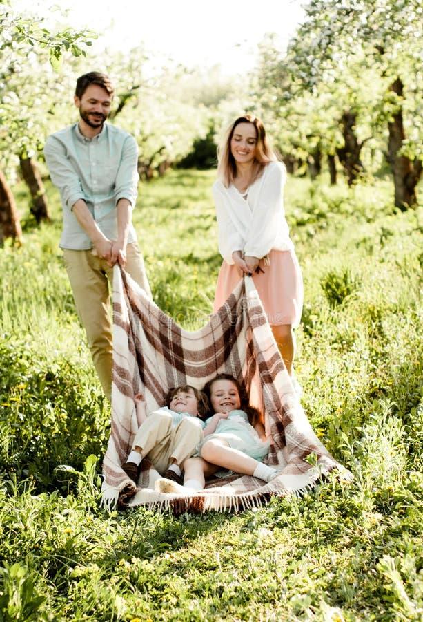 Młody rodzinny mieć zabawę w jabłczanym sadzie zdjęcie stock