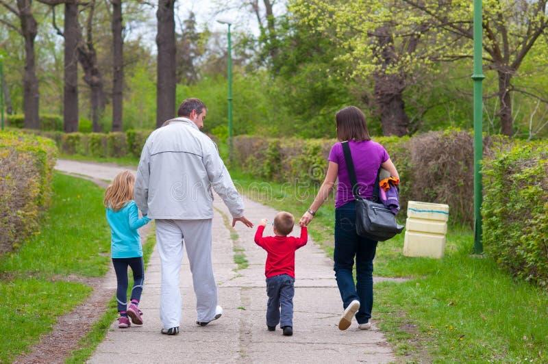 Młody rodzinny mieć zabawę w parku obraz stock