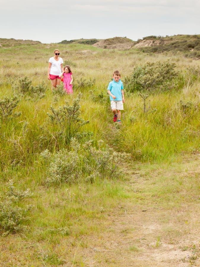 Młody rodzinny odprowadzenie przez diuna krajobrazu fotografia royalty free