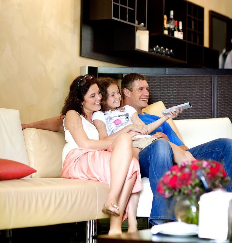 Młody rodzinny ogląda TV zdjęcia royalty free