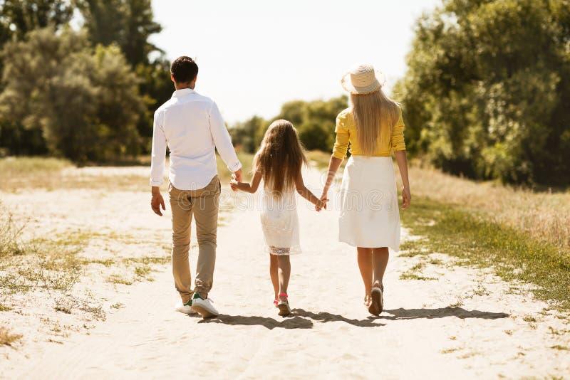Młody rodzinny wydaje czas outside w naturze wpólnie obrazy stock