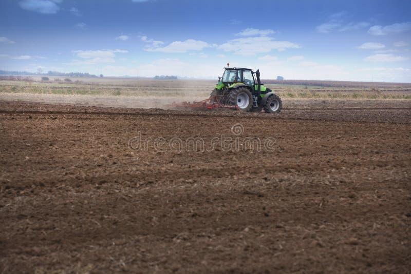 Młody rolnik w ciągniku obrazy royalty free