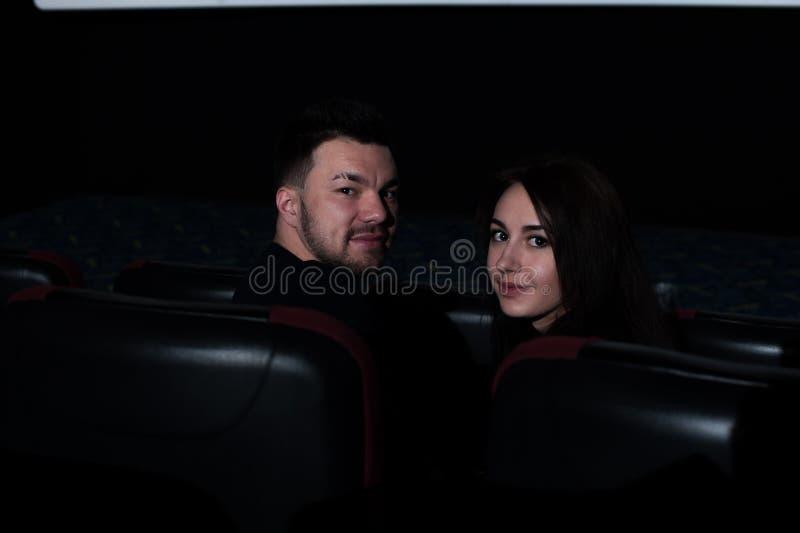 Młody romantyczny pary obsiadanie w kinie fotografia royalty free