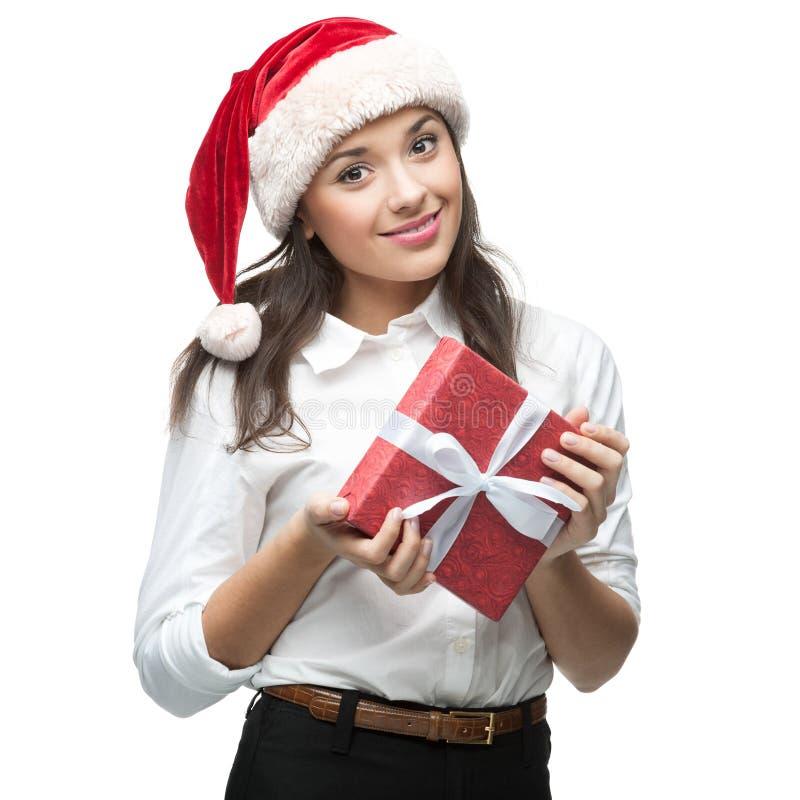 Młody rozochocony bizneswoman w Santa mienia kapeluszowym prezencie na bielu fotografia royalty free