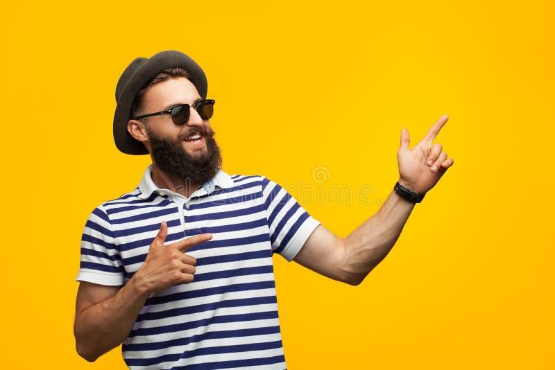 Młody rozochocony mężczyzna na pomarańcze fotografia stock