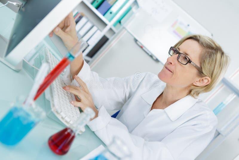 Młody rozważny żeński chemik pracuje w lab zdjęcia royalty free