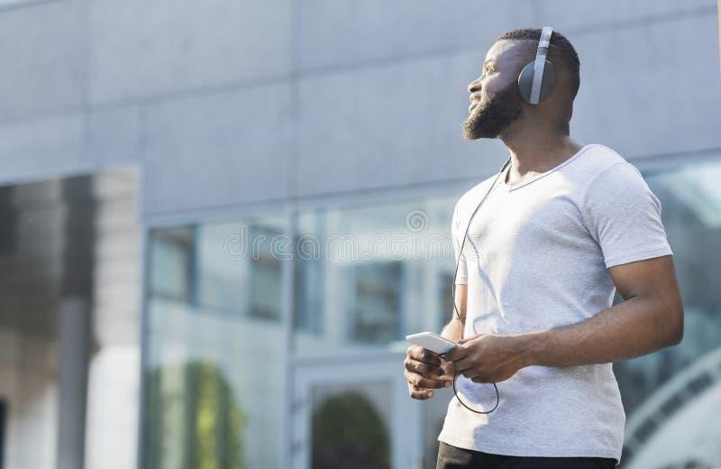 Młody rozważny amerykanin afrykańskiego pochodzenia faceta chodzić plenerowy zdjęcia royalty free
