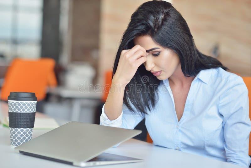 Młody ruchliwie piękny łaciński biznesowej kobiety cierpienia stres pracuje przy biurowym komputerem obrazy royalty free