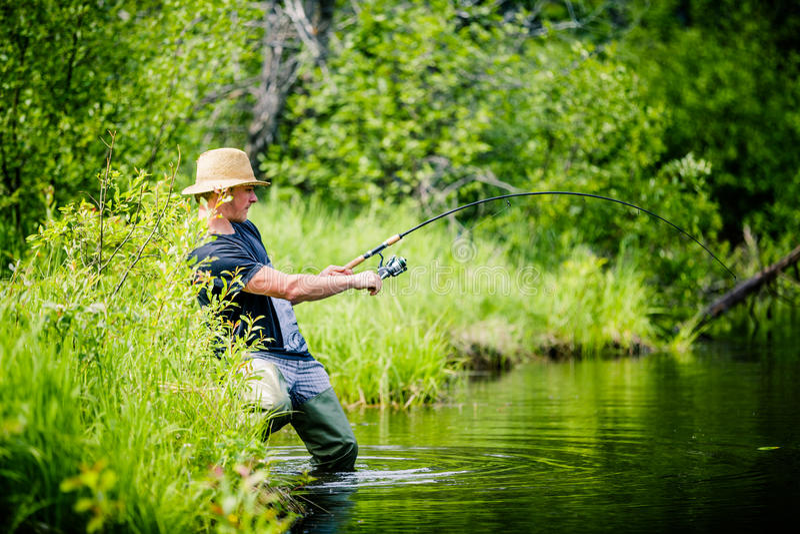 Młody rybak Łapie dużej ryba zdjęcie royalty free