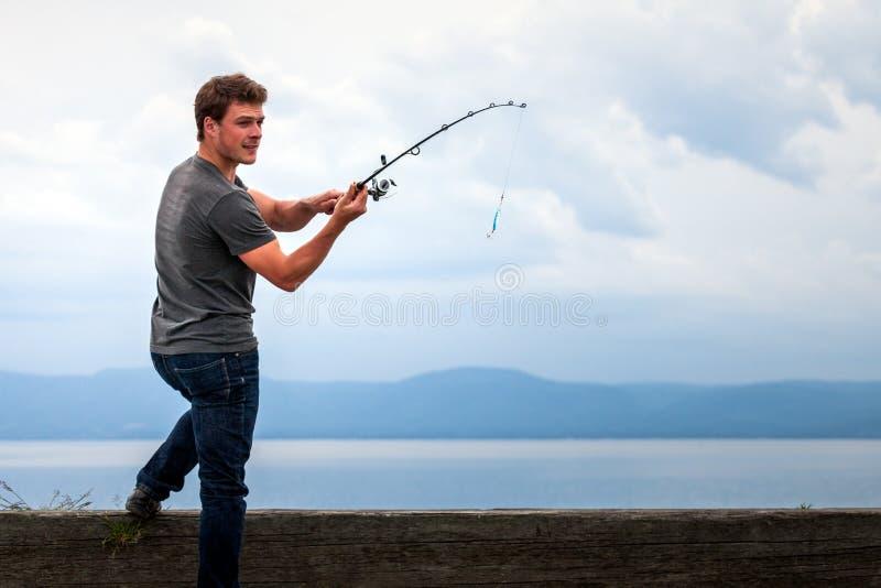 Młody rybak przygotowywający Huśtać się popas Łapać makreli fotografia stock
