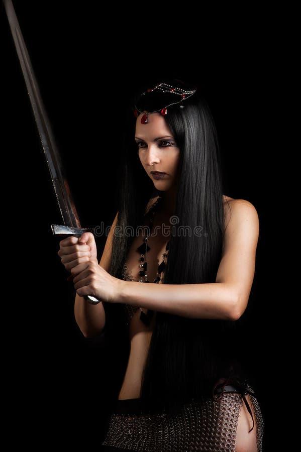Młody seksowny kobieta wojownik z kordzikiem fotografia stock
