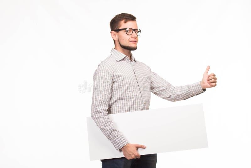 Młody seksowny mężczyzna pokazuje prezentację, wskazuje na plakacie zdjęcia royalty free