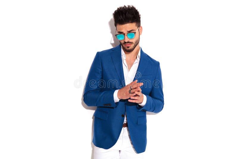 Młody seksowny mężczyzna trzyma palmy wpólnie w kostiumu i okularach przeciwsłonecznych obraz stock