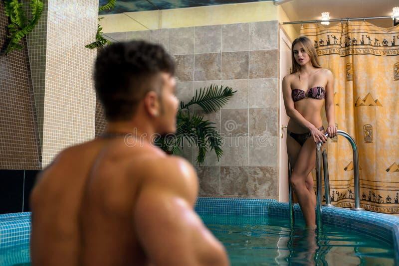 Młody seksowny pary kąpanie w luksusowym swimmingpool fotografia royalty free