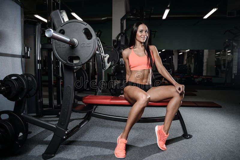 Młody seksowny sprawności fizycznej kobiety pociąg i ćwiczyć w gym zdrowym zdjęcie stock
