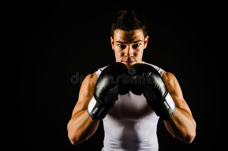 Młody silny bokser z czarnymi rękawiczkami zdjęcia royalty free