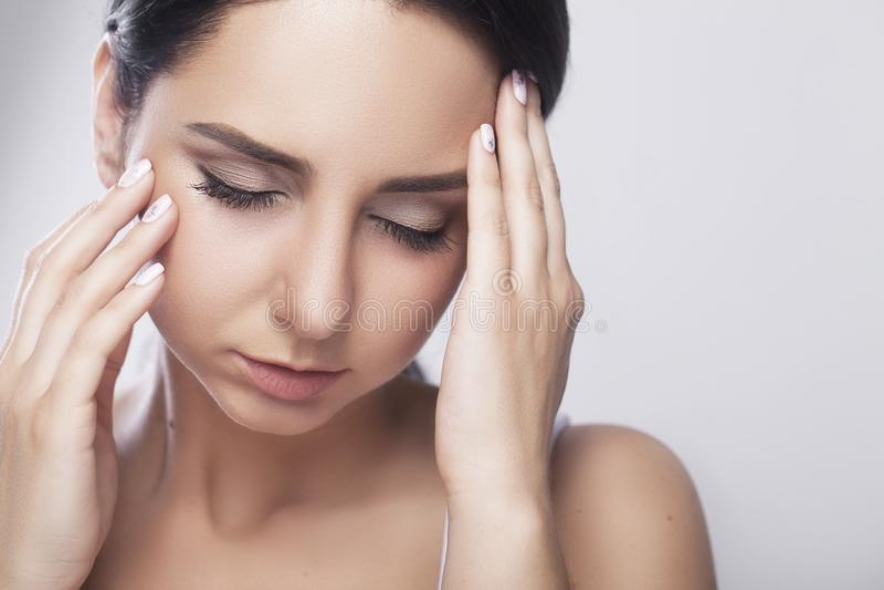 Młody smutny kobieta dotyka czoło i odczucie silna kierownicza obolałość fotografia royalty free