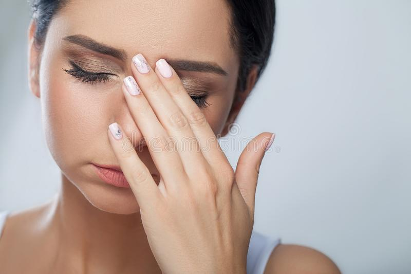 Młody smutny kobieta dotyka czoło i odczucie silna kierownicza obolałość obrazy stock