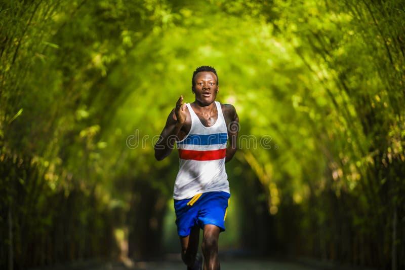 Młody sportowy i atrakcyjny czarny afro Amerykański biegacza mężczyzna robi działającemu treningowi trenuje outdoors na miastowym zdjęcia stock