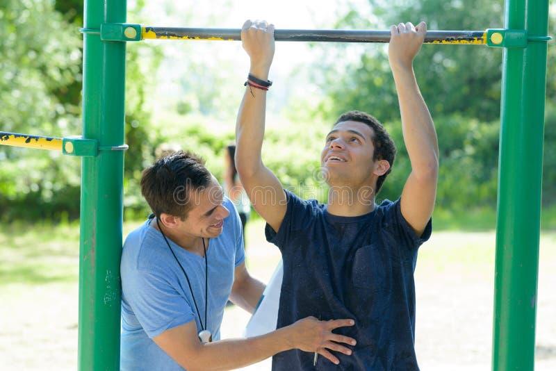 Młody sportowy mężczyzna robi ćwiczeniom outdoors zdjęcie royalty free