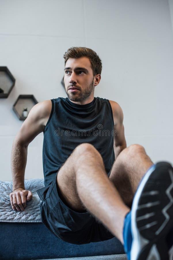 Młody sportowy mężczyzna w sportswear robi ćwiczeniom obrazy royalty free