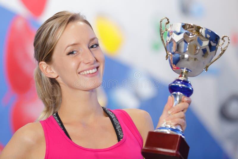 Młody sportsmenki mienia trofeum fotografia royalty free