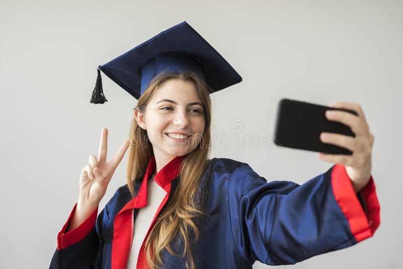 Młody studencki kończyć studia od uniwersyteta zdjęcie stock