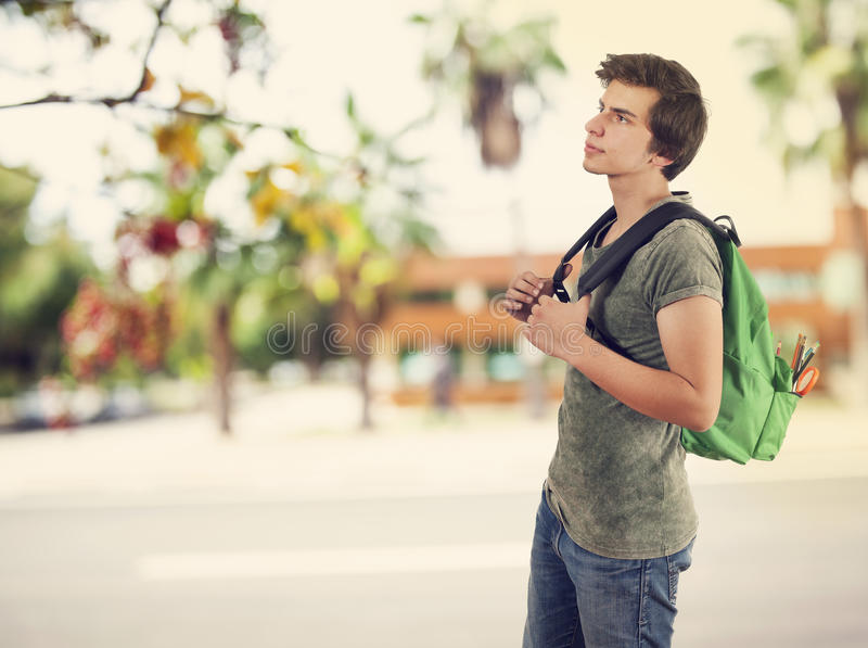 Młody studencki mężczyzna w kampusie obrazy stock