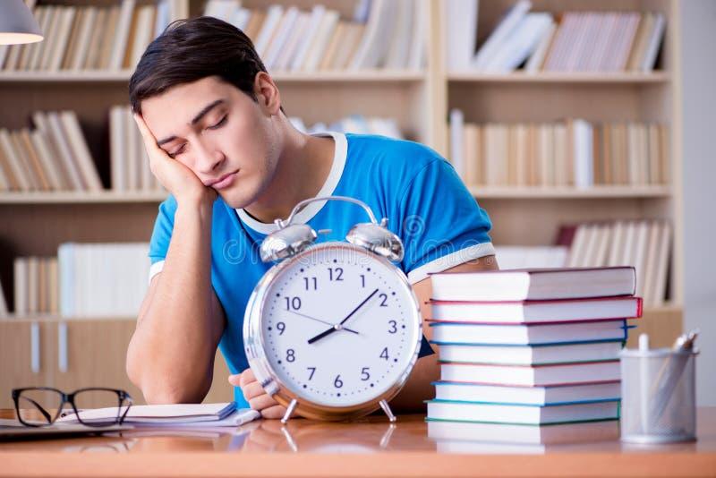 Młody studencki narządzanie póżno dla jego egzaminów zdjęcia stock
