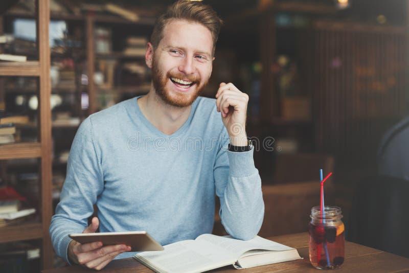 Młody studencki studiowanie dla uniwersyteckiego egzaminu zdjęcie royalty free