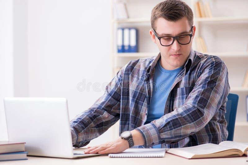 Młody studencki studiowanie nad internetem w telelearning pojęciu zdjęcia stock