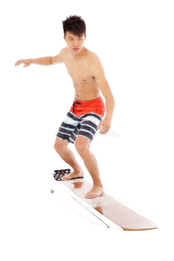 Młody surfingowiec symuluje surfing pozę zdjęcia stock