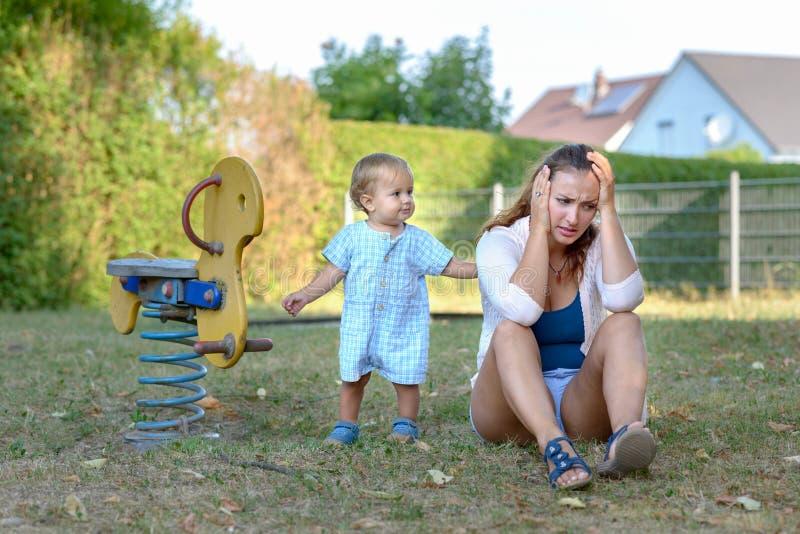 Młody syn pociesza jego zaakcentowanej matki obraz royalty free