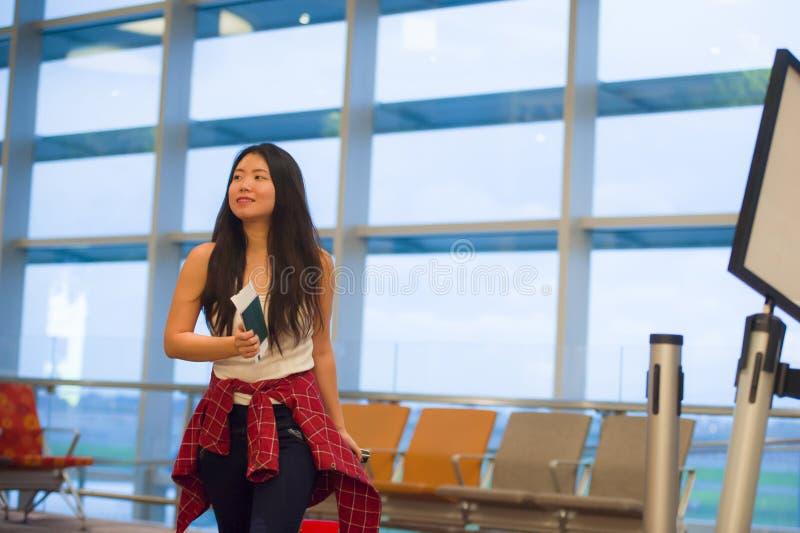 Młody szczęśliwy, ładny Azjatycki Chiński turystyczny kobiety ciągnięcia walizki tramwaj w i zdjęcie royalty free