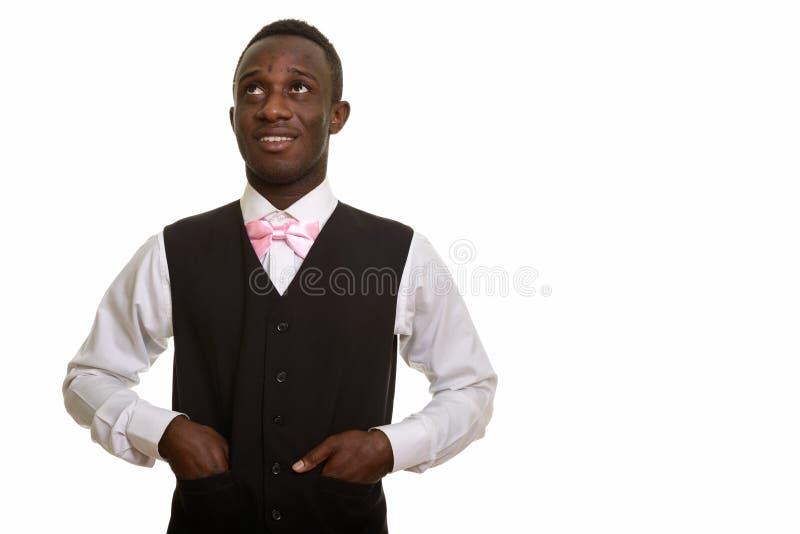 Młody szczęśliwy Afrykański kelner ono uśmiecha się i myśleć obrazy stock