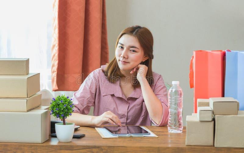 Młody szczęśliwy atrakcyjny żeński azjatykci online biznesowy sprzedawcy worek fotografia royalty free