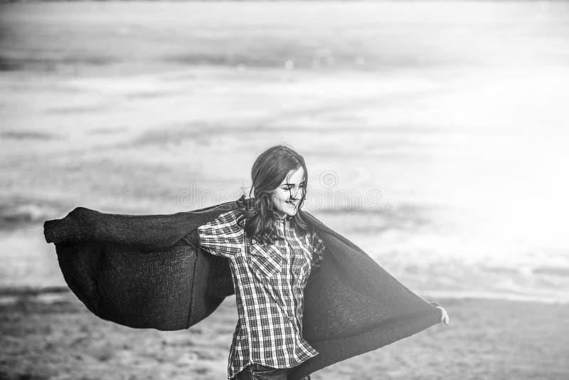 Młody szczęśliwy dziewczyny odprowadzenie na plaży obrazy stock