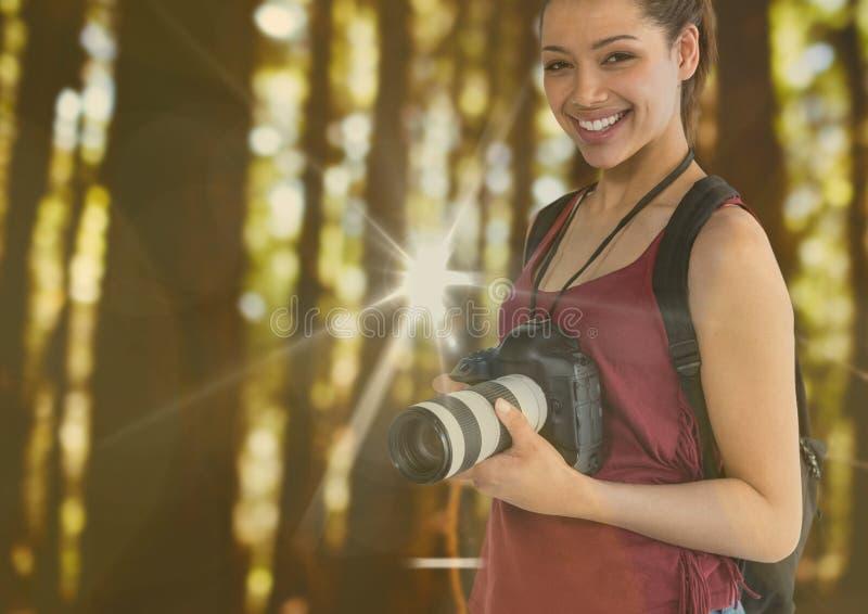 młody szczęśliwy fotograf w lesie Z racami i bokeh pokrywamy się obraz royalty free