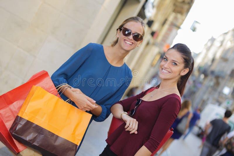 Młody szczęśliwy i zamożny kobiet robić zakupy obraz stock
