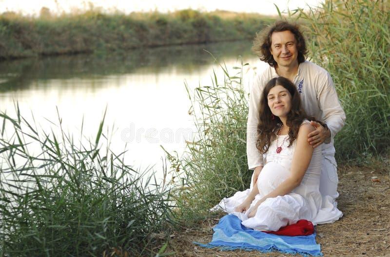 Młody szczęśliwy kobieta w ciąży & jej mąż obraz royalty free