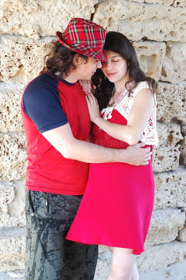 Młody szczęśliwy kobieta w ciąży & jej mąż zdjęcie stock